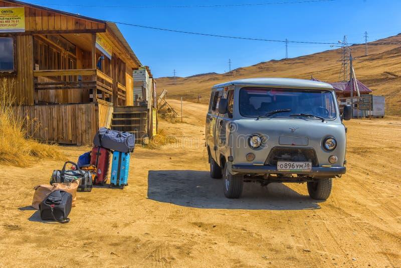 Grå skåpbil, gemensamt trans. som kan köra på sand, is och arkivfoton