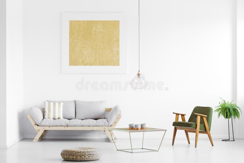 Grå soffa i vardagsrum arkivfoton