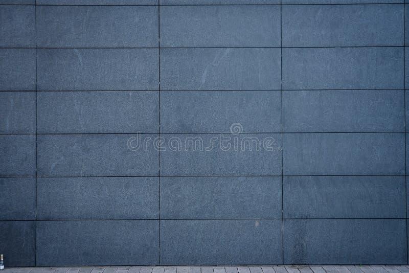 Grå stor vägg av tegelplattor royaltyfri foto