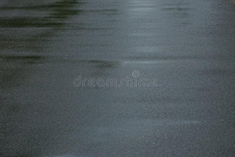 Grå textur av våt asfalt på vägen royaltyfria bilder