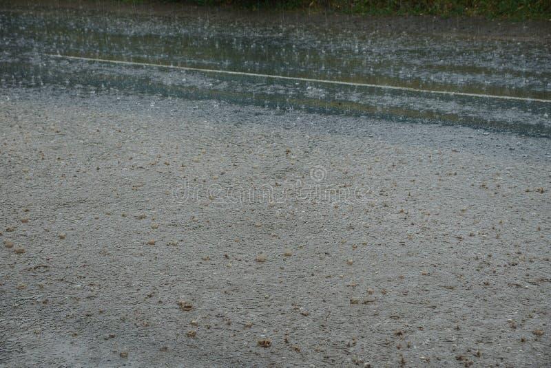 Grå textur av vatten från pölar och regndroppar arkivfoto