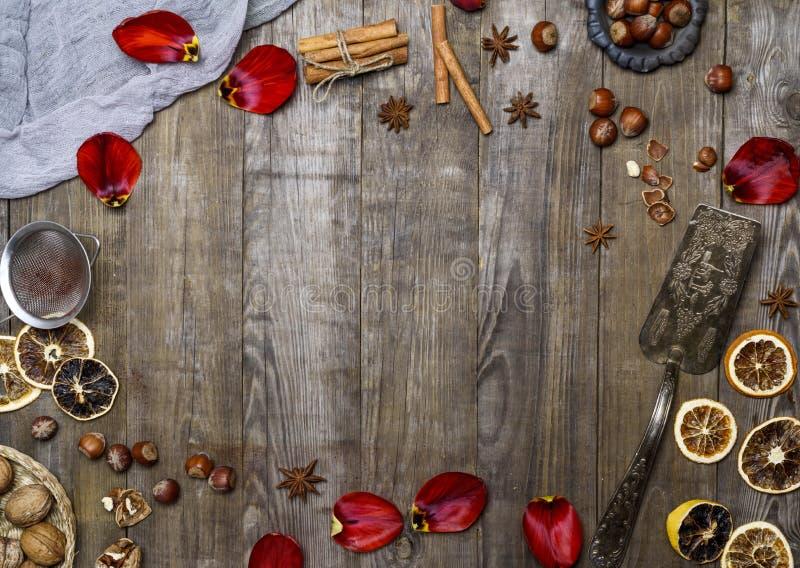 Grå träbakgrund med en järnspatel för efterrätten, hazelnu royaltyfria foton