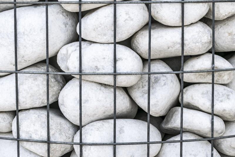 Grå vit stor rund stenbakgrund Naturligt miljö- dekorativt material bak ett metallingrepp Stenstaket eller vägg arkivbilder