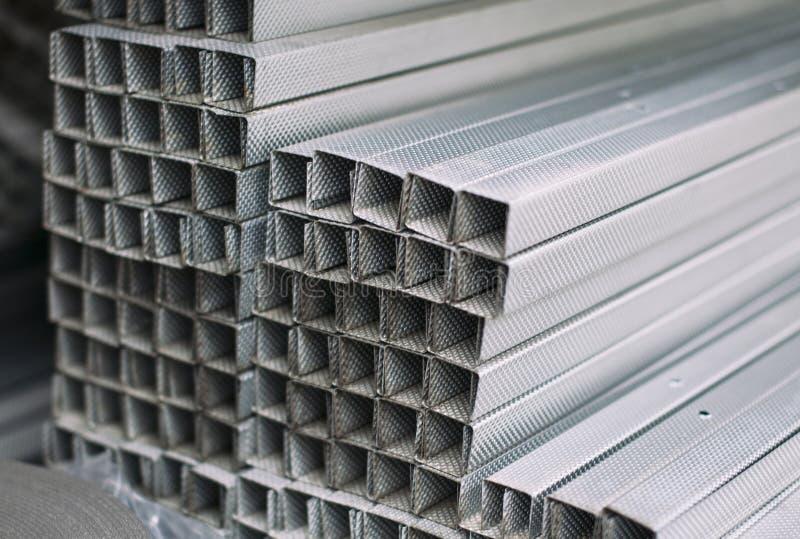 Gråa metallaluminiumprofiler av det rektangulära tvärsnittet arkivbild