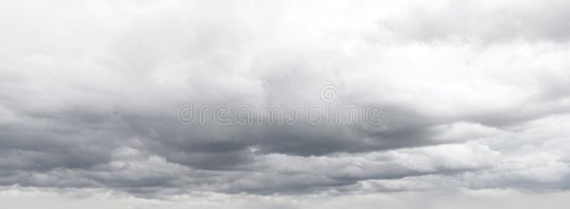 Gråa moln fotografering för bildbyråer