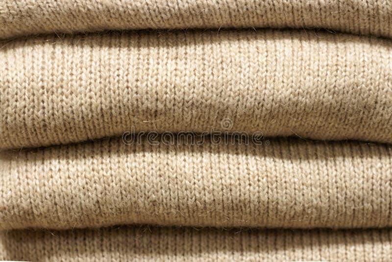 Gråa woolen stack tröjor närbild, textur, bakgrund för bunt royaltyfri fotografi