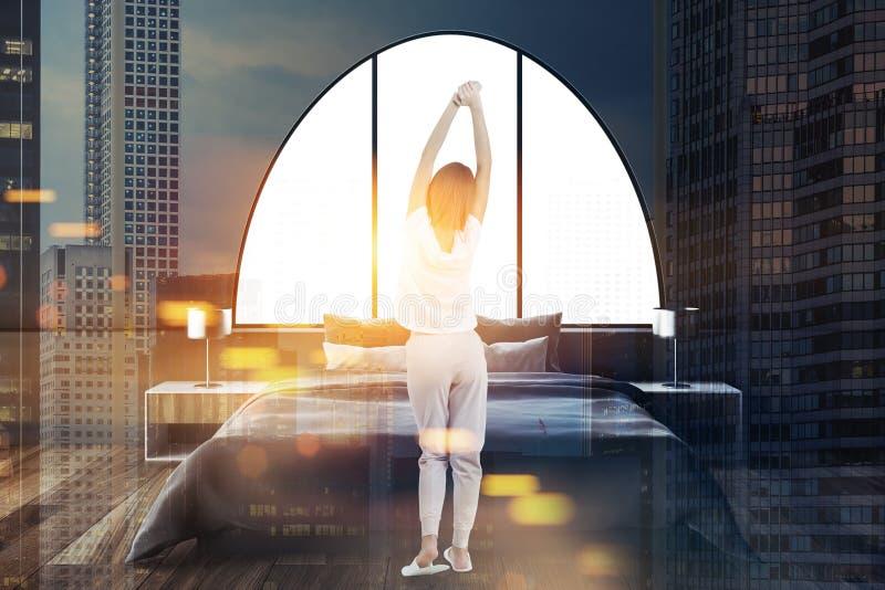 Gråna den välvda inre för det ledar- sovrummet för fönster, kvinna arkivbilder