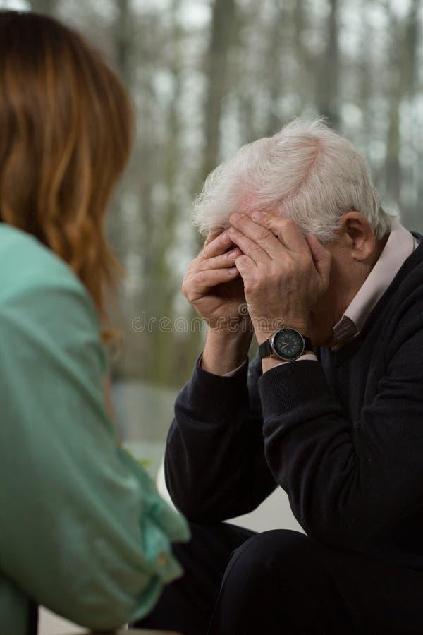 Gråt för äldre man royaltyfri foto