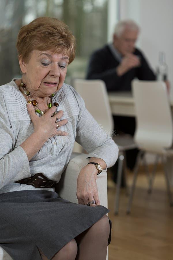 Gråt för gammal kvinna royaltyfria bilder