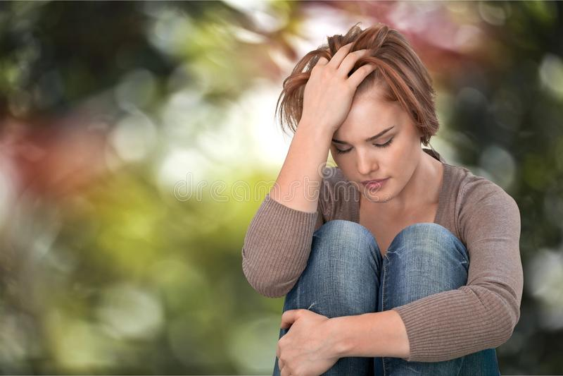 Gråt för ung kvinna på bakgrund royaltyfri bild