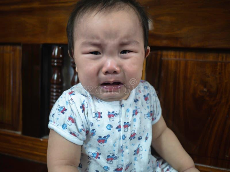 Gråta för Cutie asiatiskt spädbarn arkivfoto