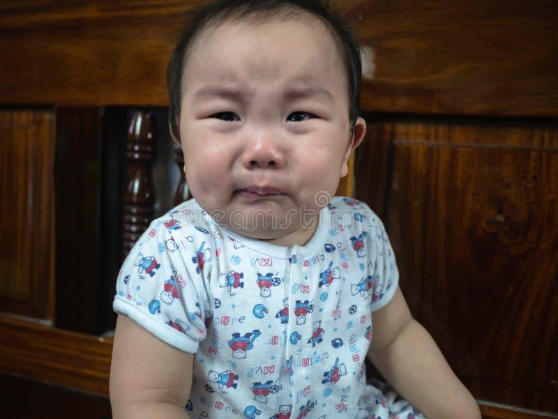 Gråta för Cutie asiatiskt spädbarn royaltyfri fotografi