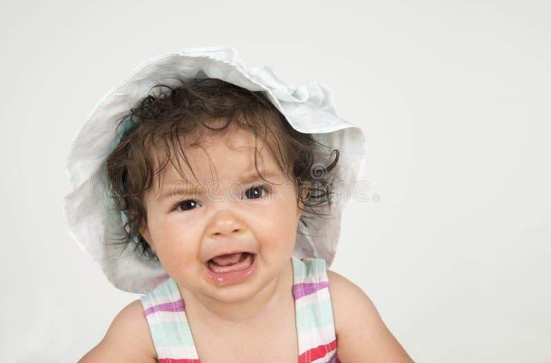 Gråta spädbarnet på vit bakgrund royaltyfri fotografi