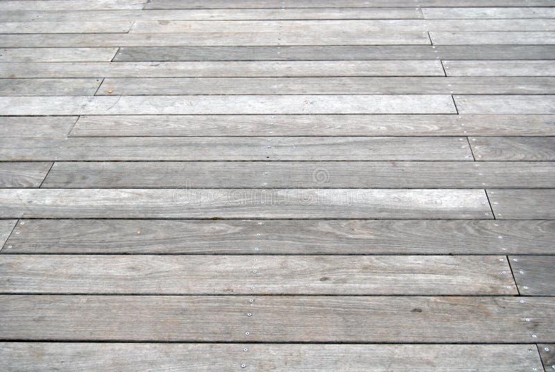 grått gammalt för boardwalk arkivbilder
