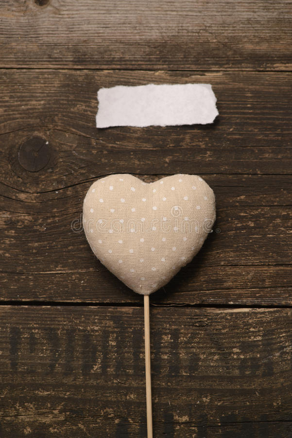 Grått hjärtasilkespapper på en mörk träbakgrund royaltyfri bild