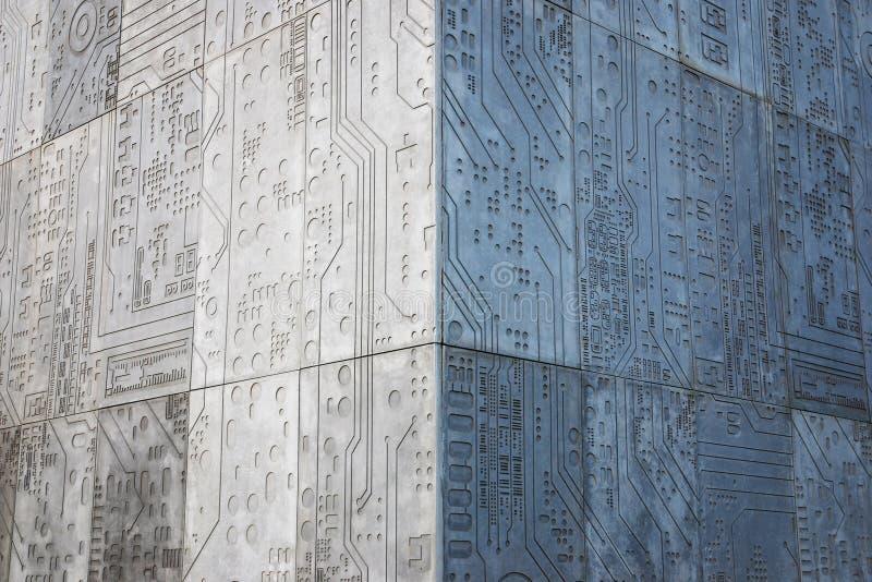 Grått konkret hörn av byggnaden, väggar med chipen som patern royaltyfri foto