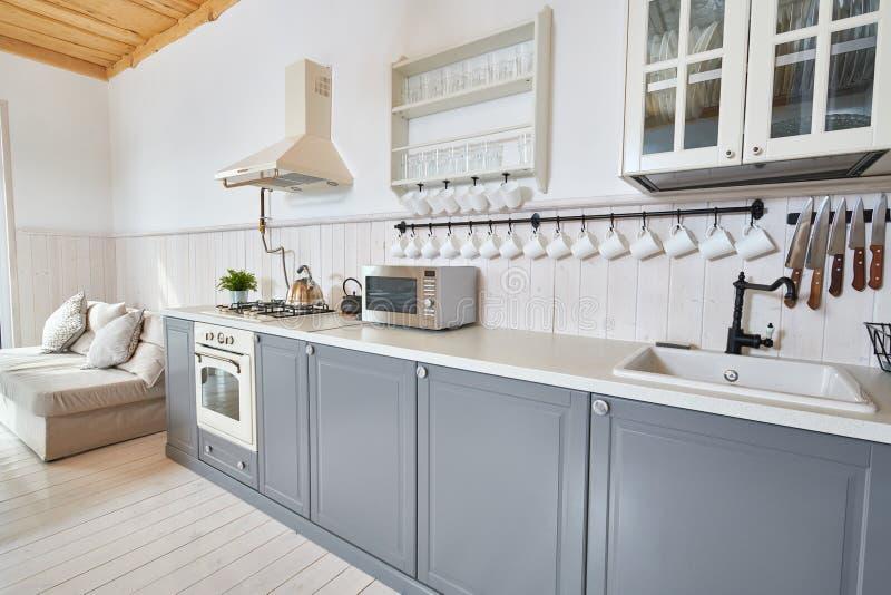 Grått och vitt kök arkivfoto