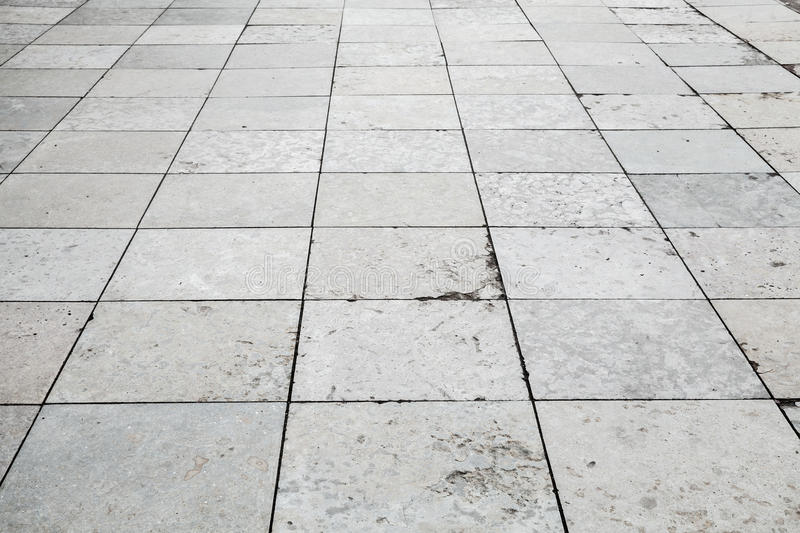 Grått stentrottoarperspektiv, fyrkantigt belägga med tegel för golv arkivbilder