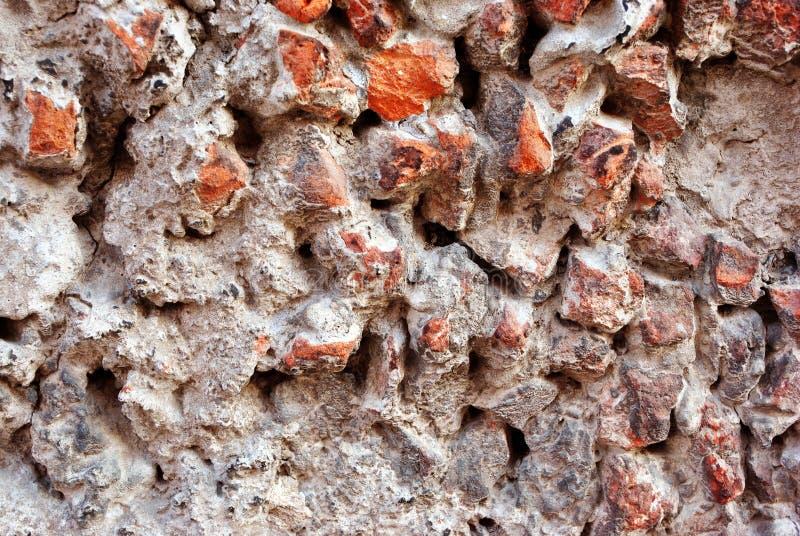 Grått texturerat stenigt yttersidaslut upp detaljen, den rosa krossade stenen och grå betong, grungehorisontalbakgrund royaltyfri fotografi