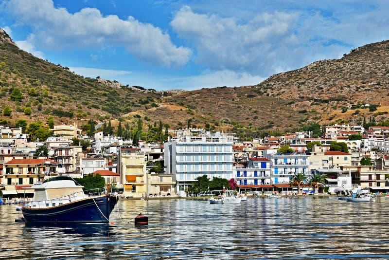 Grèce-vue du remblai dans la ville Tolo photographie stock libre de droits