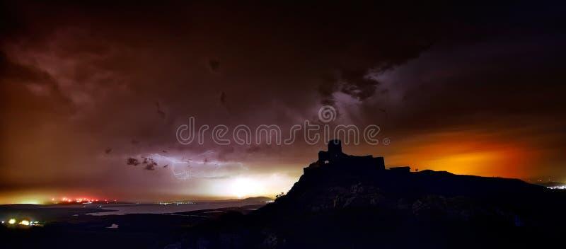 Grève de éclairage au-dessus de forteresse d'Enisala, Dobrogea, Roumanie photos stock