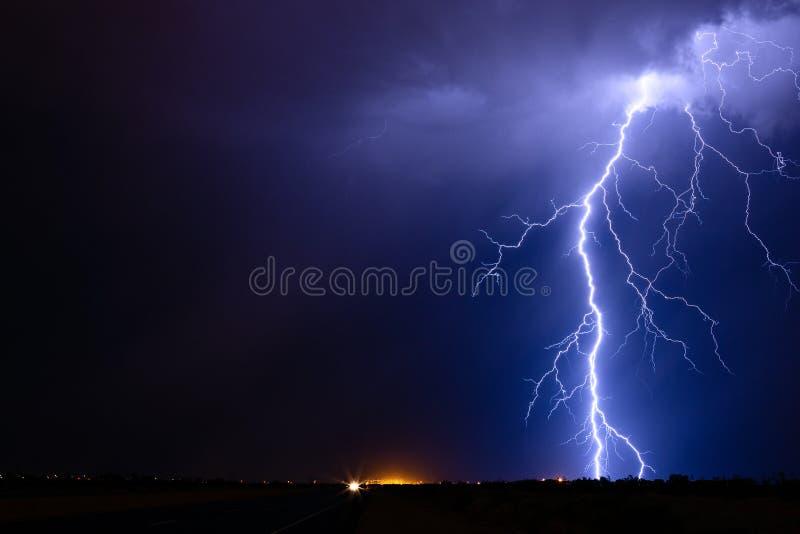 Grève de boulon de foudre d'un orage image libre de droits