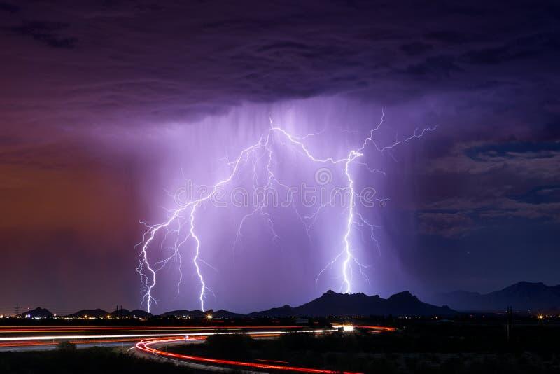 Grève de boulon de foudre dans une tempête photo stock