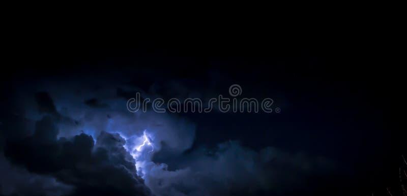 Grève et foudre de tonnerre de nuage la nuit image libre de droits