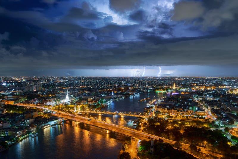 Grève surprise d'orage au-dessus du temple blanc, construisant photographie stock libre de droits