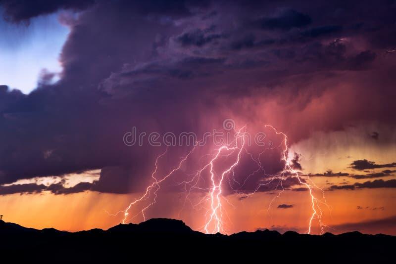 Grèves de boulons de foudre pendant une tempête images libres de droits