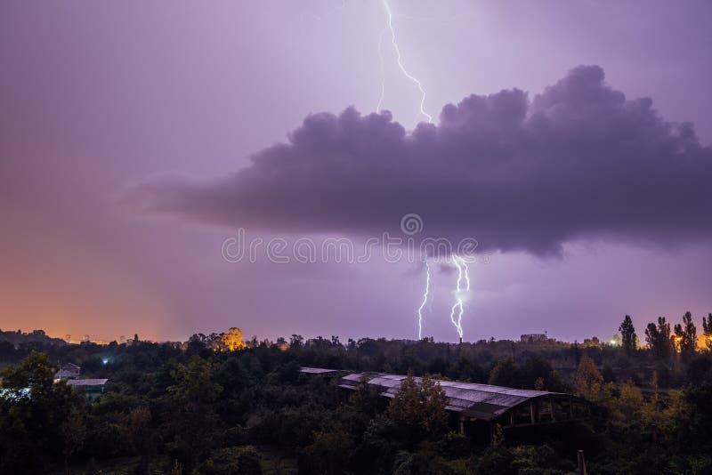 Grèves surprise pendant l'orage au-dessus de la ville images libres de droits