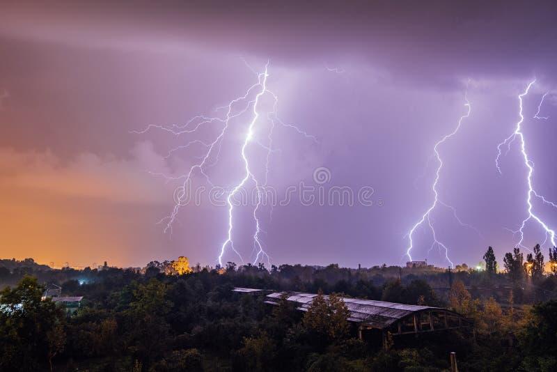 Grèves surprise pendant l'orage au-dessus de la ville image stock