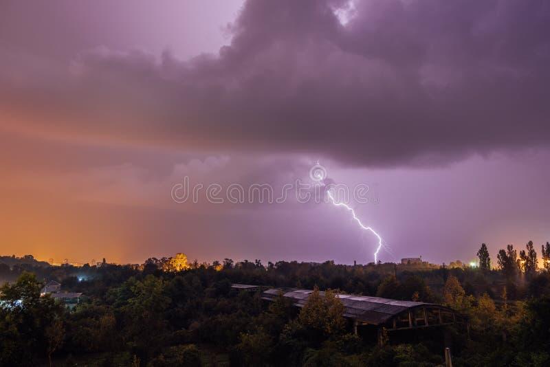 Grèves surprise pendant l'orage au-dessus de la ville photographie stock