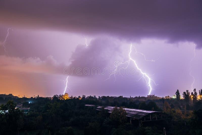 Grèves surprise pendant l'orage au-dessus de la ville image libre de droits