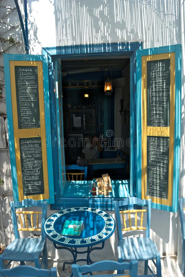 Grécia, Amorgos Um menu do café e da bebida fotografia de stock royalty free