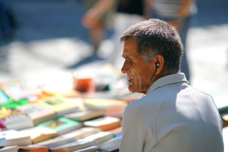 GRÉCIA, ATENAS - 7 DE OUTUBRO DE 2018 vendedor dos livros na rua no distrito de Plaka fotografia de stock royalty free