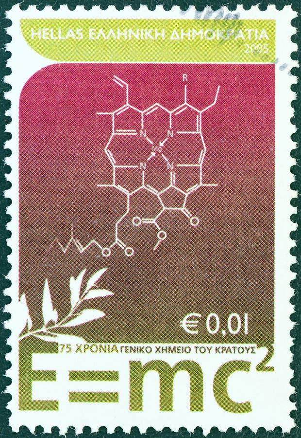 GRÉCIA - CERCA DE 2005: Um selo impresso em mostras de Grécia fórmula da equivalência de energia 'E = mc2 'maciça de Einstein, ce fotos de stock