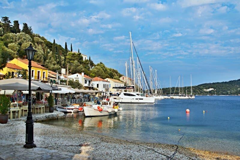 Grécia, a ilha de Ithaki - uma vista do porto em Kioni imagens de stock