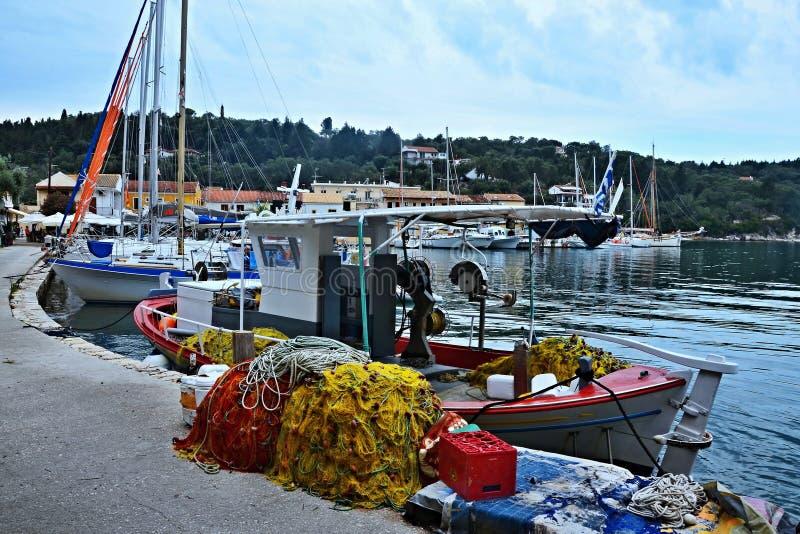 Grécia, a ilha de Paxos - barco de pesca no porto de Lakka fotos de stock