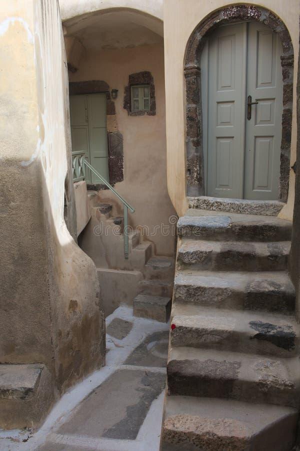 Grécia, a ilha de Santorini A vila interna de Emborio Entradas e etapas imagens de stock