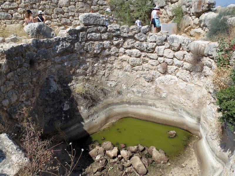 Grécia, Mycenae, tanque de água imagens de stock