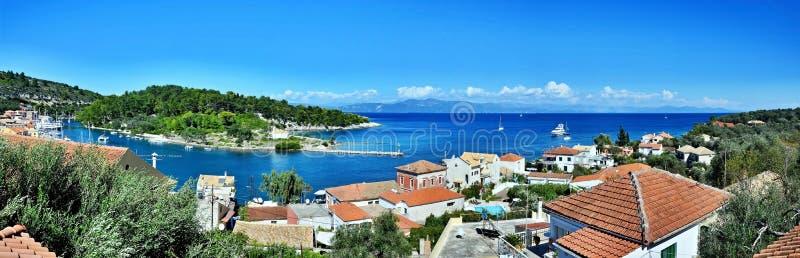 Grécia, opinião Paxos-panorâmico da ilha da cidade Gaios e AG Ilha de Nicholas imagens de stock