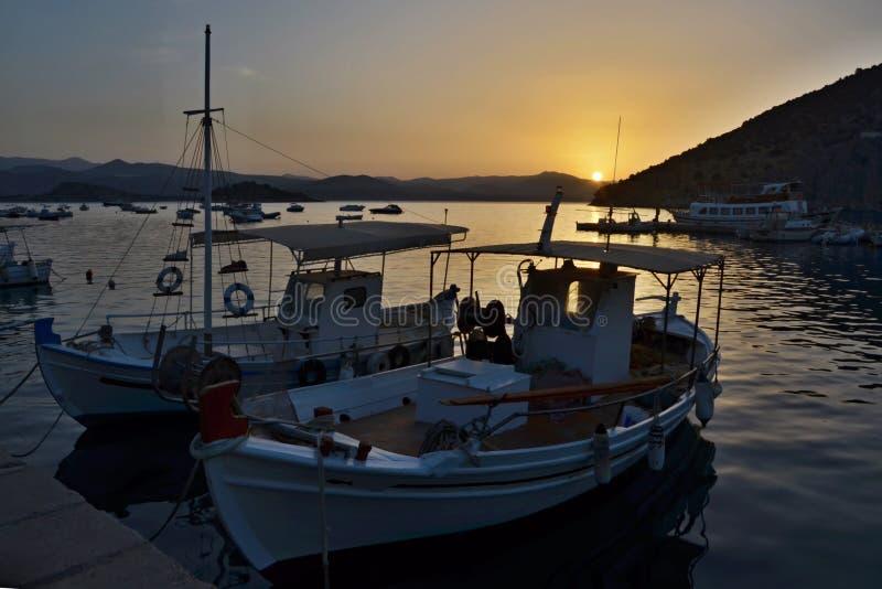 Grécia, Tolo-nascer do sol no porto imagens de stock