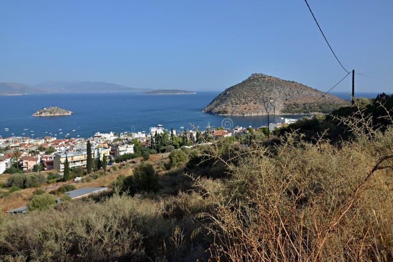 Grécia, Tolo-vista da cidade Tolo e ilha Koronisi imagem de stock