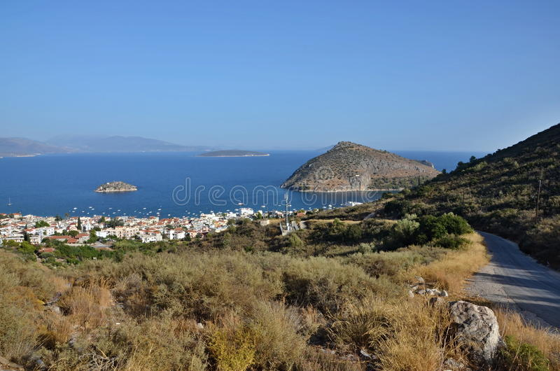 Grécia, Tolo-vista do olo da cidade e da ilha Koronisi imagem de stock