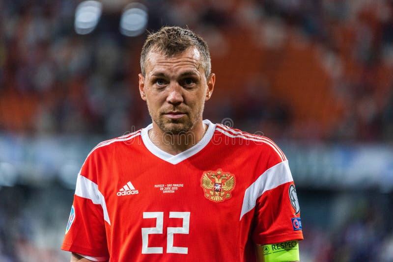 Gréviste Artem Dzyuba d'équipe nationale de la Russie marchant vers des fans après le match 2020 de qualification d'euro de l'UEF image libre de droits