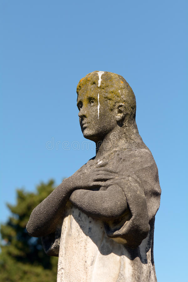 Grób kamienna statua zakrywająca w ptasim poo mężczyzna zdjęcia stock