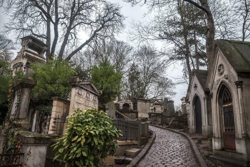 Grób od xix wiek w Pere Lachaise cmentarzu w Paryż, Francja, podczas zimnego chmurnego zimy popołudnia zdjęcie stock
