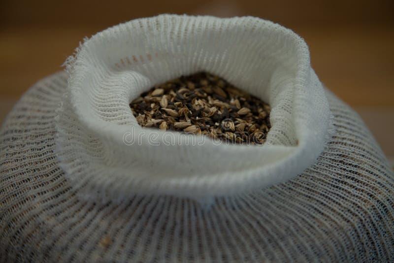 Grões da especialidade em um saco de musselina foto de stock royalty free