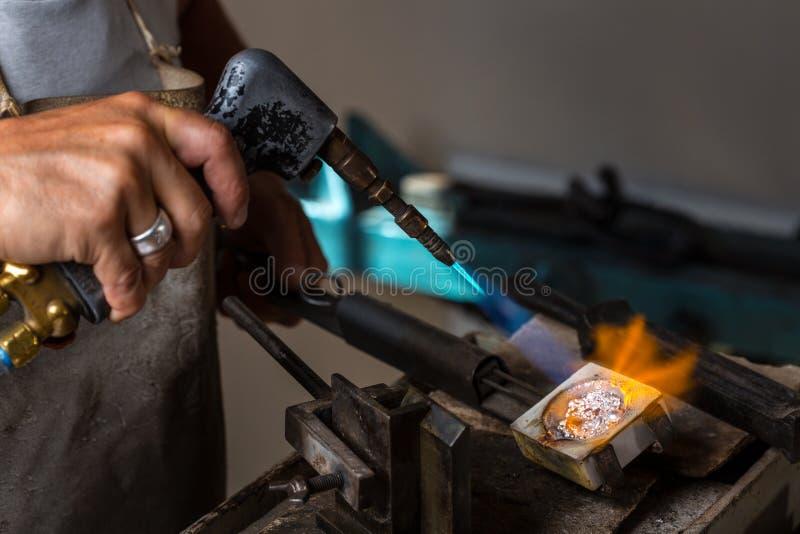 Grões de prata de derretimento ao estado líquido no cadinho imagens de stock royalty free
